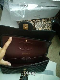 Sac à main classique moyen Chanel Black Caviar avec matériel de ton or