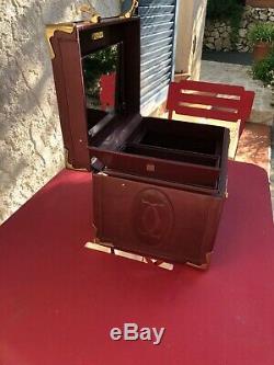 Vanity case must de Cartier en cuir, tres bon état, couleur bordeaux avec sa boî